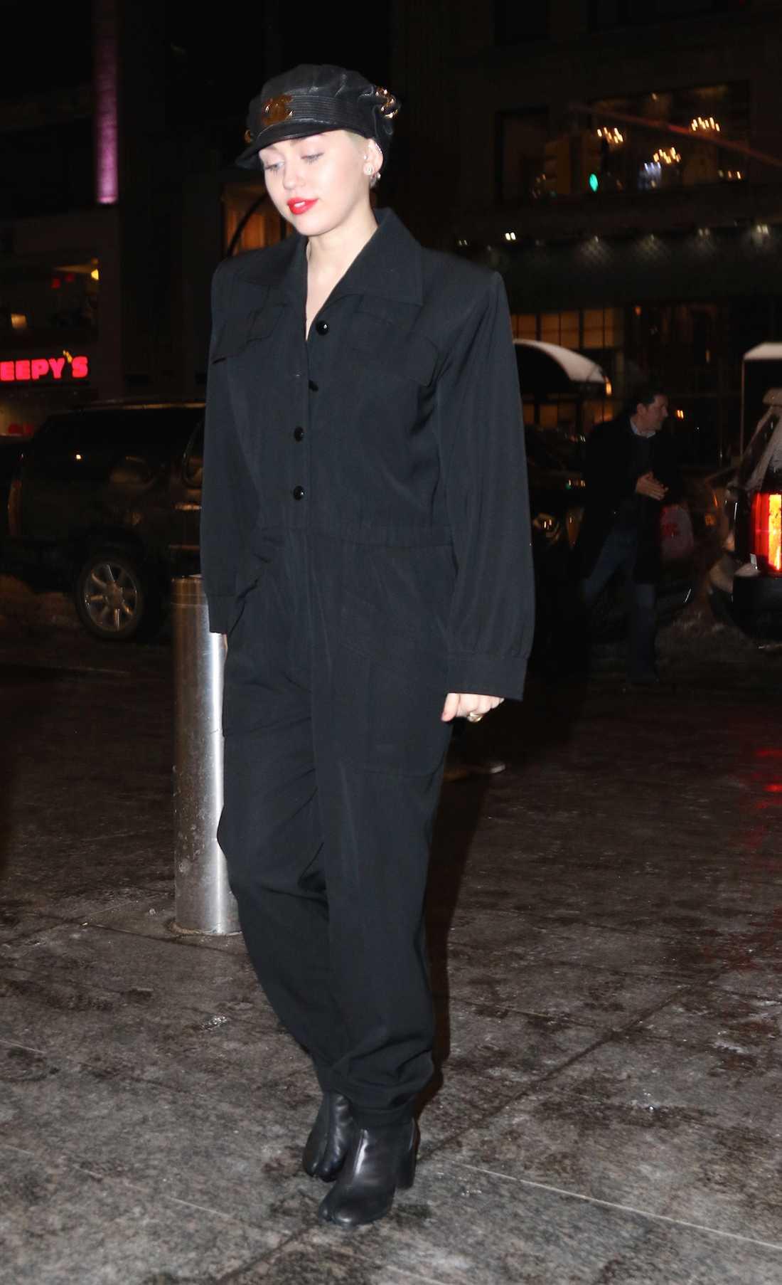 Miley Cyrus Miley är inte rädd för att testa nya stilar och här har hon satsat på en jumpsuit med 80-talskänsla och matchat med en skinnkeps.