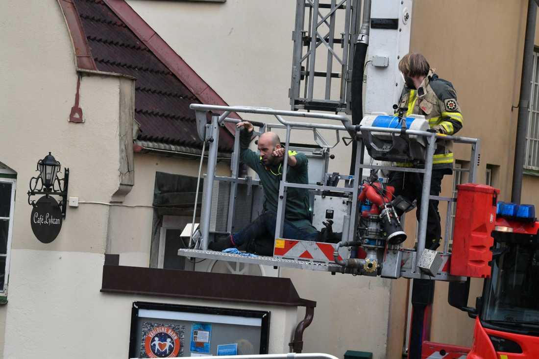Räddningstjänsten hjälper ner kvinnan från skorstenen