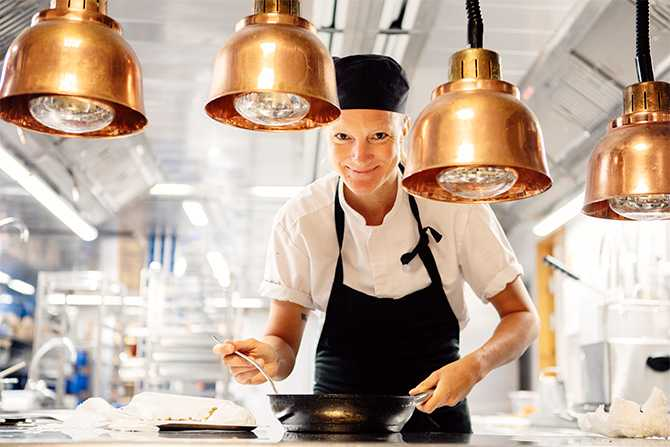 """– Stirra dig inte blind på bäst före-märkningen. Den betyder inte """"Dåligt efter"""". Lukta och smaka på maten i stället, uppmanar kocken Karin Sundgren."""