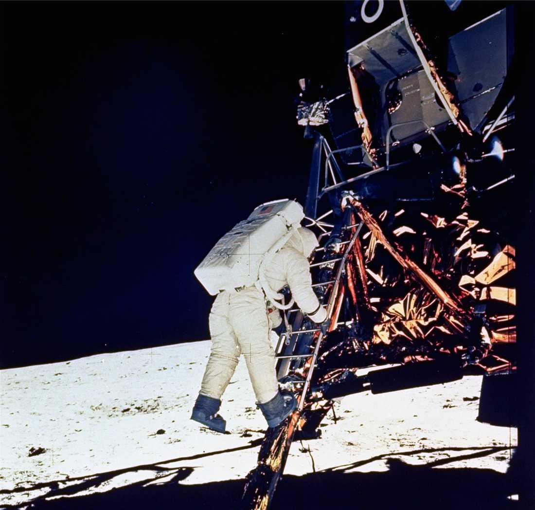 "Astronauten Edwin ""Buzz"" Aldrin på väg ut ur månlandaren The Eagle (Örnen)."