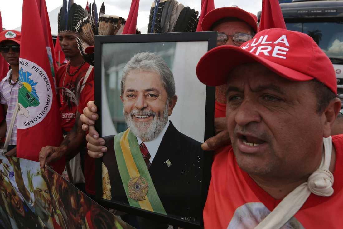 Anhängare till Lula vill se honom friad. Bild från en demonstration i augusti.