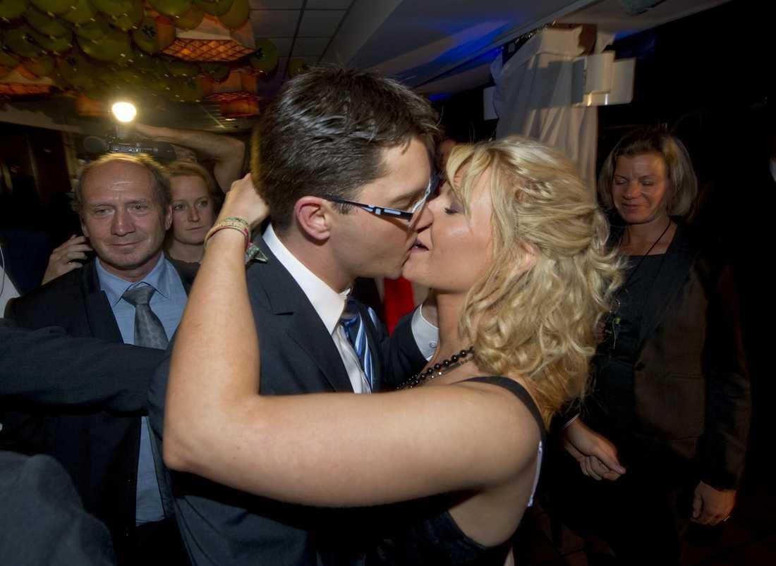 Jimmie Åkesson kysser flickvännen Louise Erixon när han lämnar SD:s valvaka för att åka till SVT.