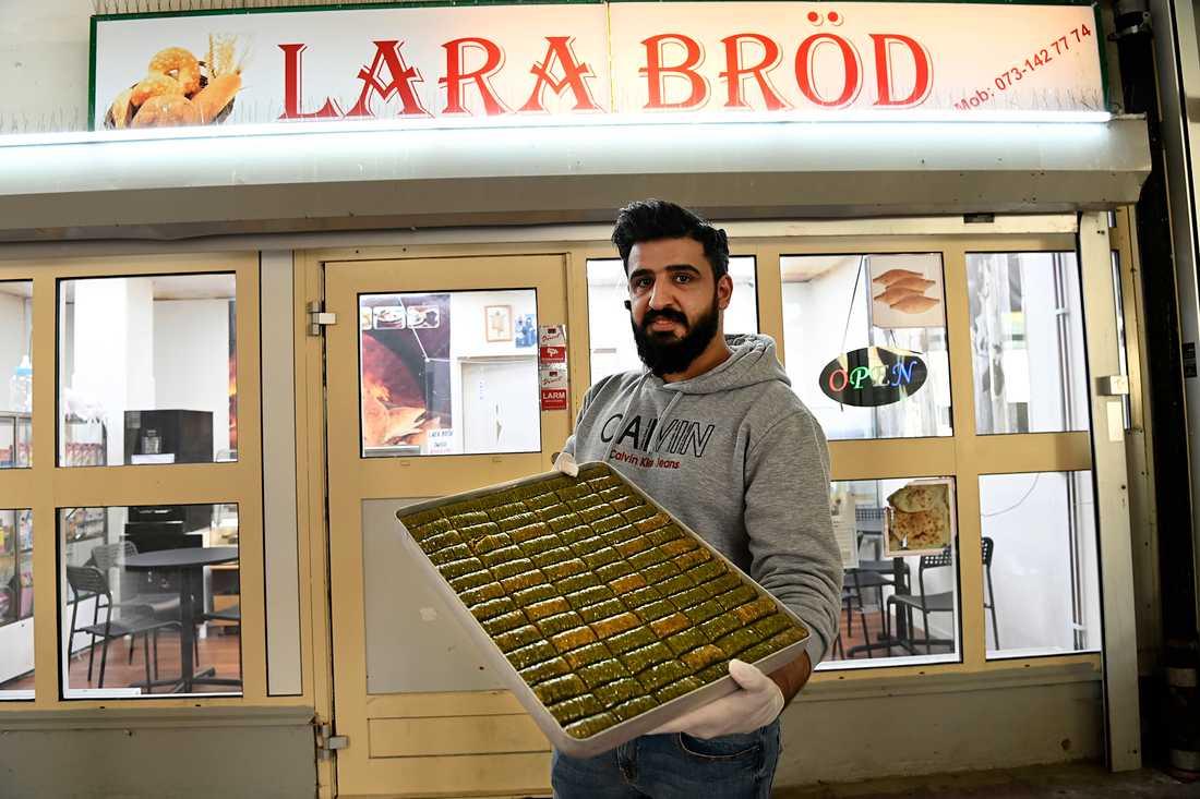 Fadhil Alkhmisi bakar baklava på Lara bröd i Ronna centrum. Där köper ingen bara en baklava till sig själv, säger han.