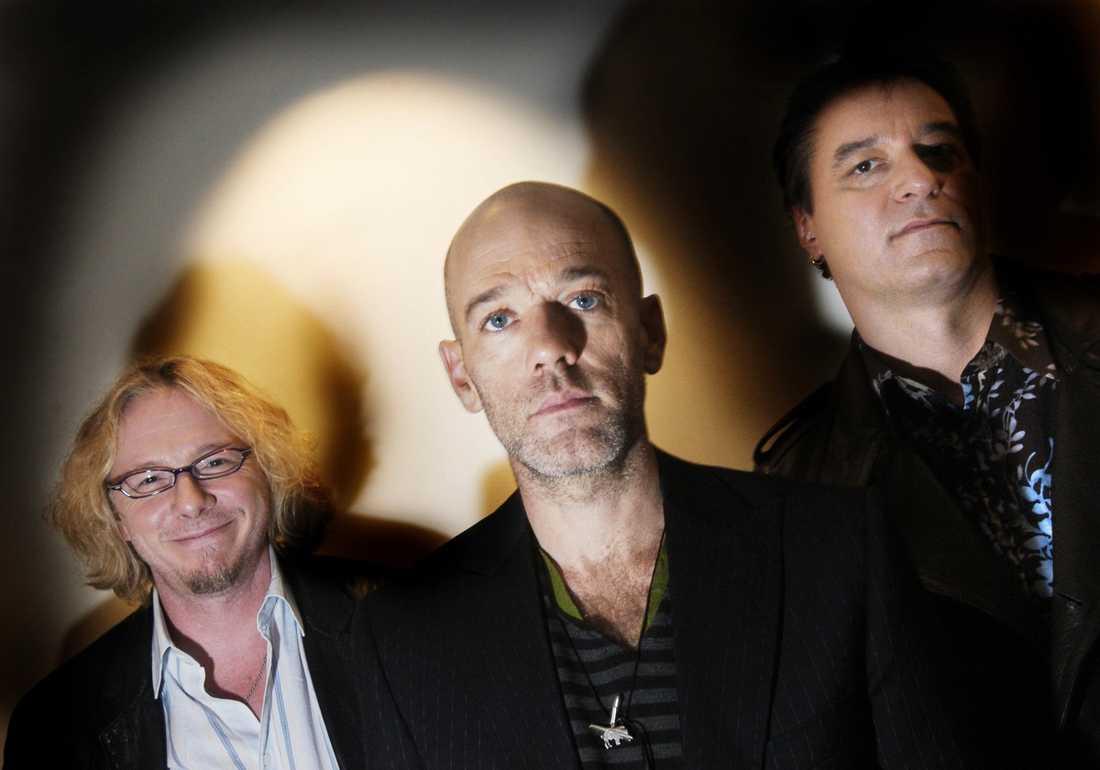 SPLITTRAS  Mike Mills, Michael Stipe och Peter Buck i det legendariska bandet R.E.M. går skilda vägar. Nu spekuleras det på nätet om Michael Stipes nakenvideo var orsaken till att bandet går skilda vägar.