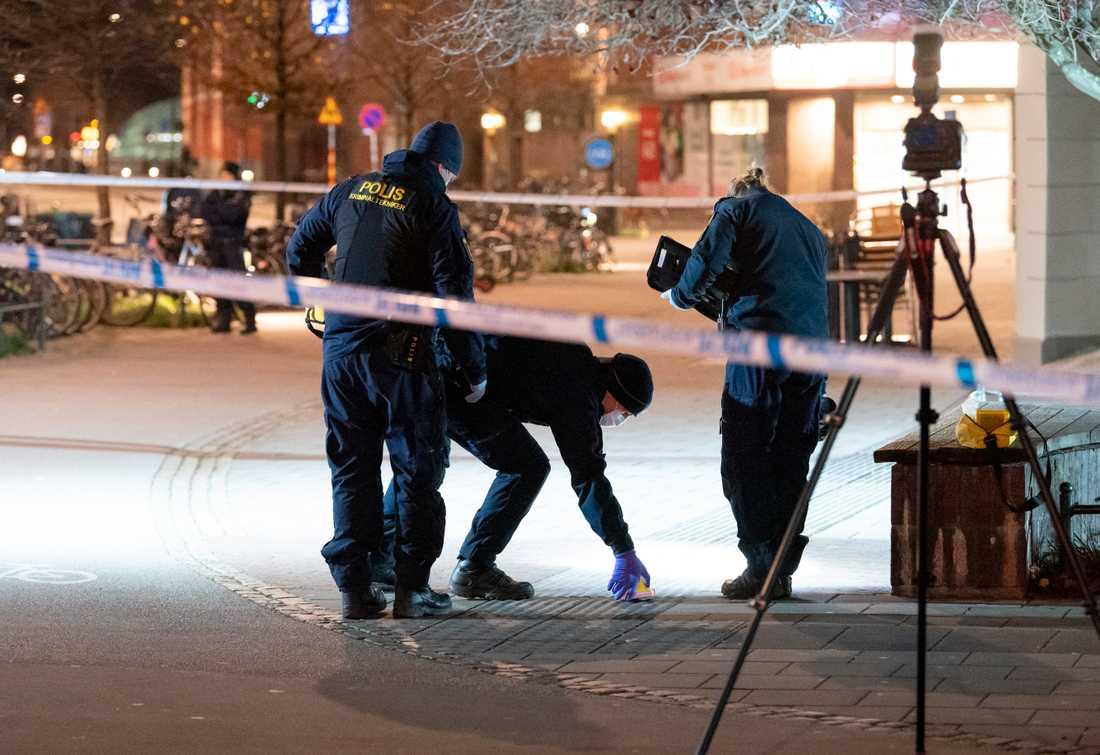 Polisens kriminaltekniker arbetar innanför avspärrningarna vid Möllevångstorget i Malmö efter det misstänkta mordförsöket.