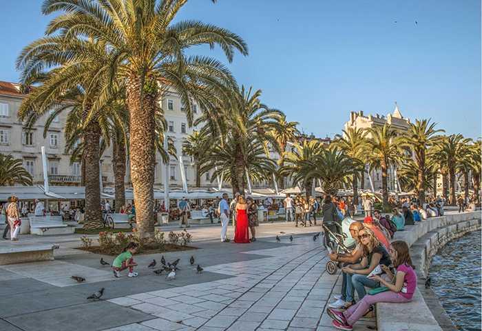 Strandpromenaden är en populär mötesplats.