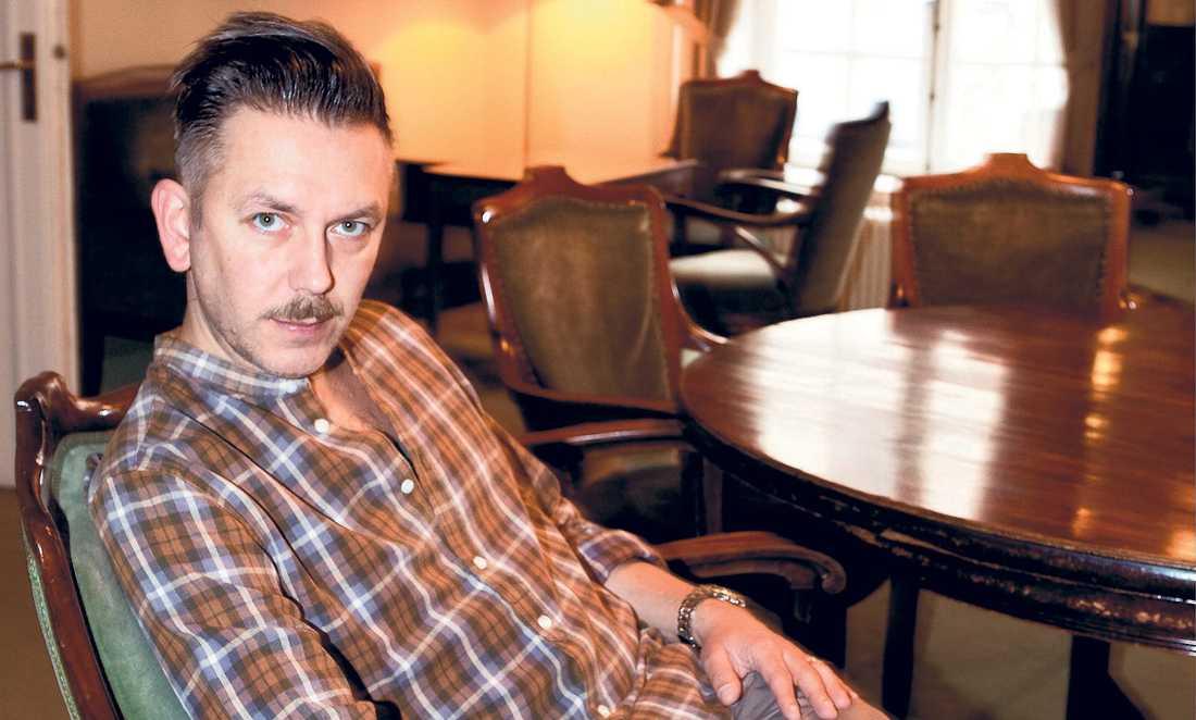 """""""BORDE BE OM URSÄKT"""" Musikkritikern Andres Lokko tycker att Bert Karlsson borde be om ursäkt offentligt för att han var med i Ny Demokrati. """"Utan honom skulle vi inte ha Sverigedemokraterna i dag"""", säger Lokko om Bert."""