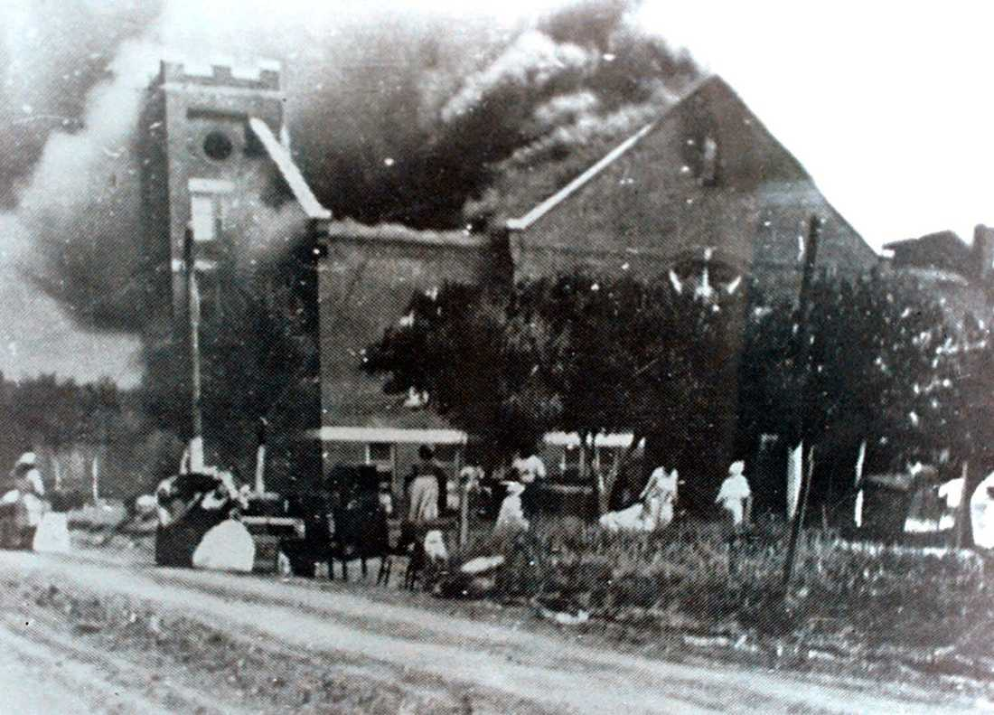 En kyrka i lågor efter att ha stuckits i brand av de vita mobbar som attackerade Greenwood i Tulsa, Oklahoma, 1921.