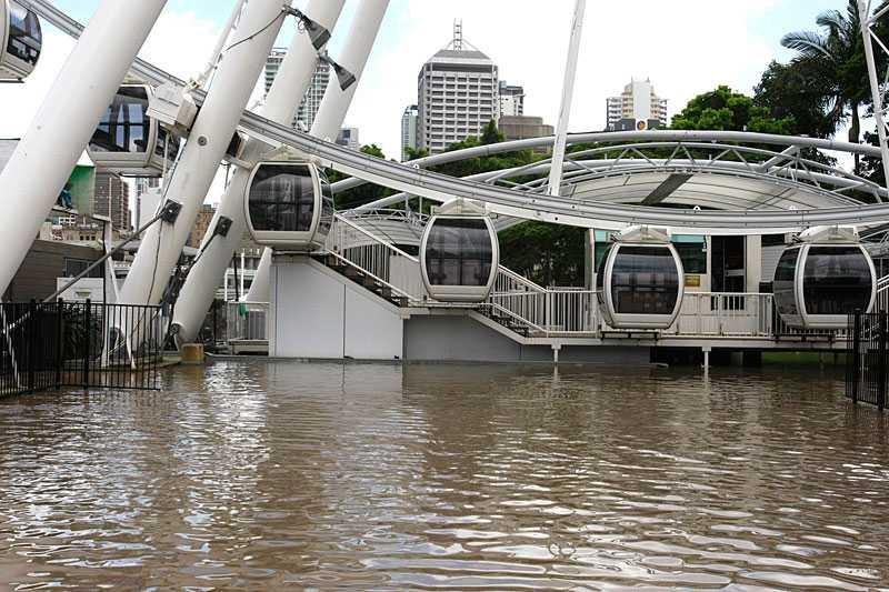 """flodvågen tog över Brisbane Under natten nådde inlandstsunamin Australiens tredje största stad. Tusentals invånare flydde flodvågen. Nu evakueras staden. Här """"Wheel of Brisbane"""" i centrala staden."""