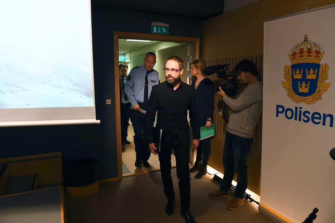 Åklagaren Hans Ihrman anländer till en pressträff om den omfattande utredningen i Polishuset i Stockholm. Rakhmat Akilov åtalas för bland annat terroristbrott och försök till terroristbrott.