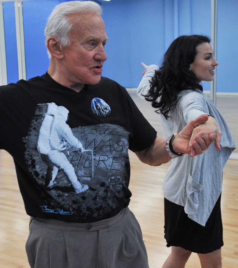 Rymdveteranen Buzz Aldrin, 80, är med och dansar.