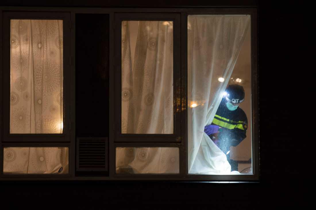 Polisen undersöker den bostad där Gökmen Tanis greps.