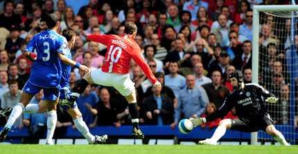 Här skjuter Wayne Rooney 1-1 och United ett steg närmare guldet.