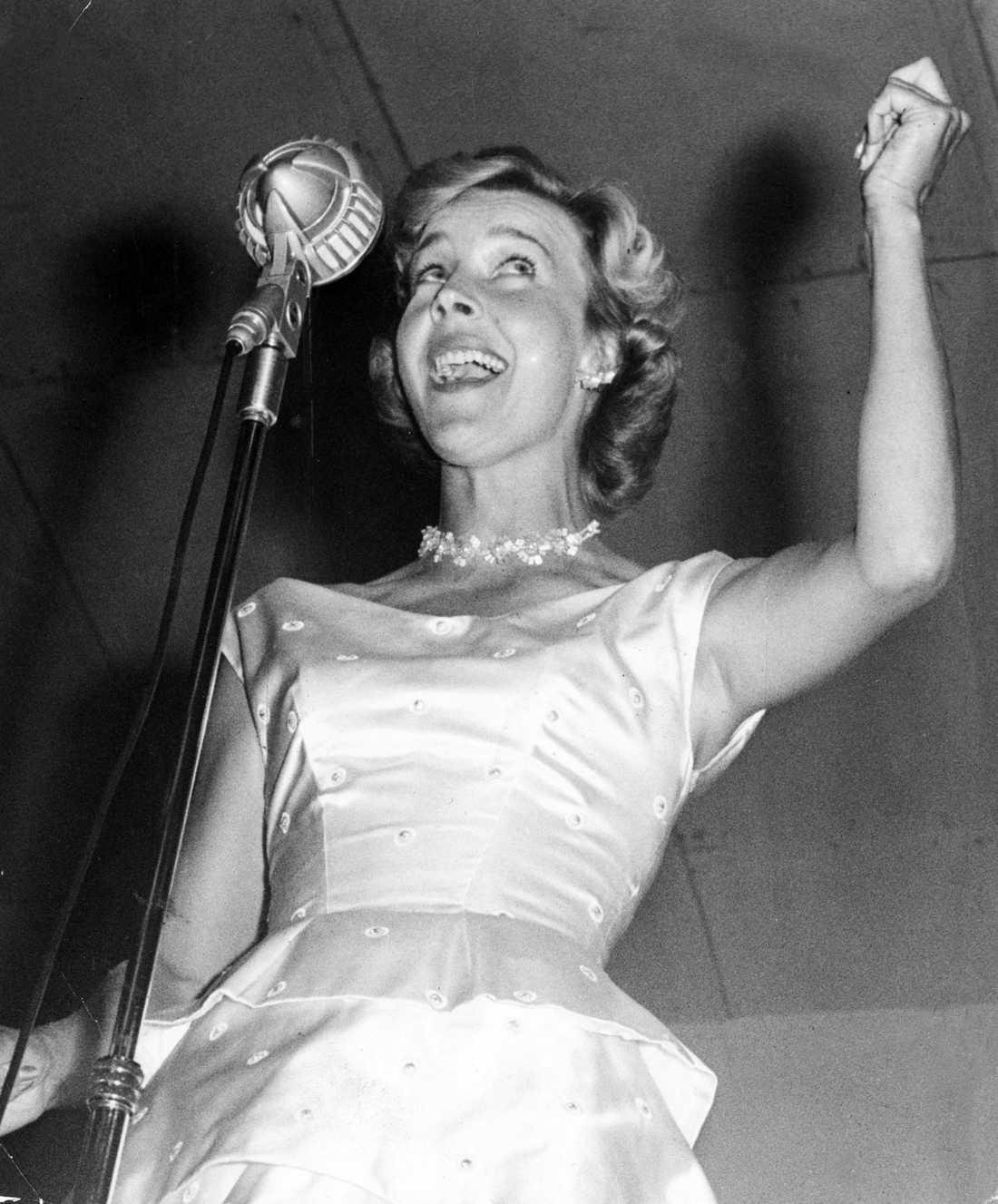 """1958 Alice Babs blev 90 år gammal. På bilden """"Lilla stjärna""""."""