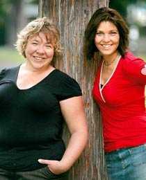 Författare Jenny Söderqvist, till vänster, och Helene Åberg har skrivit en bok om Kalahariäventyret som kunde ha kostat dem livet.