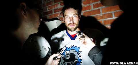 Foppa-sagan fortsätter I dag klockan 15.00 meddelar Peter Forsberg att han fortsätter spela ishockey – i elitserien och Modo.