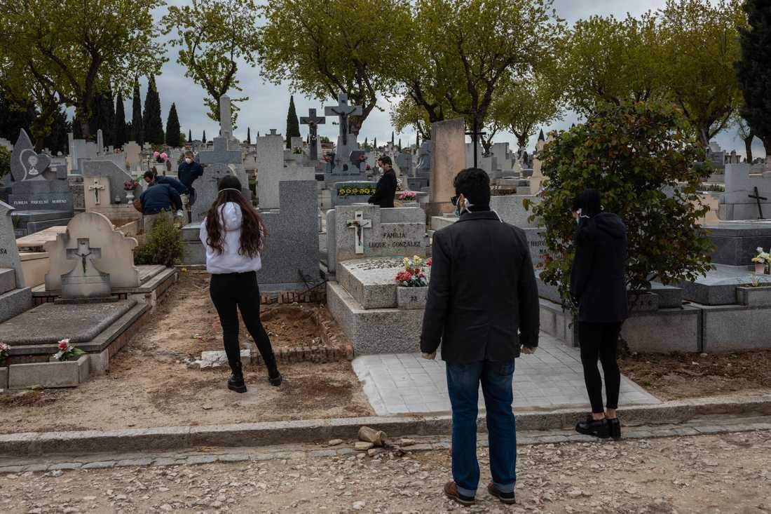 Social distansering måste iakttas strikt – och på Madrids största kyrkogårdar ska drönare bevaka efterlevnaden. Arkivbild.