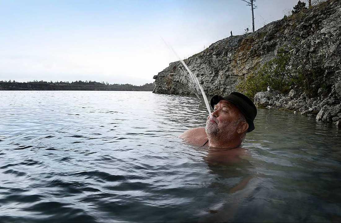 """Helande kallsup Aftonbladets Svante Lidén plumsar i med fötterna före i Blå lagunen i Ar på Gotland. Vattnet är magiskt, enligt Svante. """"Jag skulle inte bli förvånad om Jesus själv kom knallande på ytan"""", skriver han. Färgen på den mintgröna lagunen är som tydligast från ovan, som på satellitbilden."""