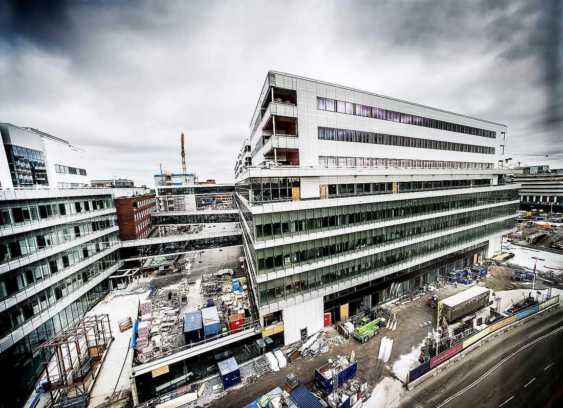 Sjukt dyrt Nya Karolinska i Solna skulle kosta 14,5 miljarder. Slutnotan tros hamna på 65 miljarder eller mer – nya utgifter tillkommer ständigt. Bygget kommer att dränera landstingets budget i decennier framöver. Foto: TT