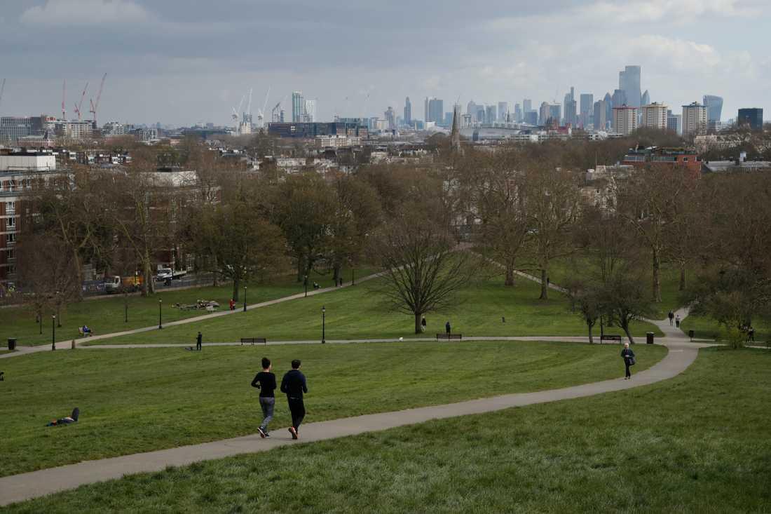 Ett fåtal motionärer i parken Primrose Hill i London på tisdagen.