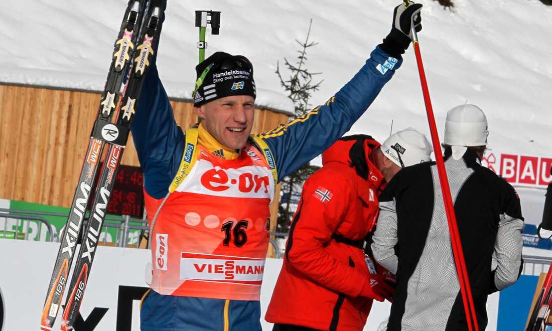 Segern säkrad Carl Johan Bergman sträcker armarna i skyn när det står klart att han vunnit sin andra raka världscupsprint.