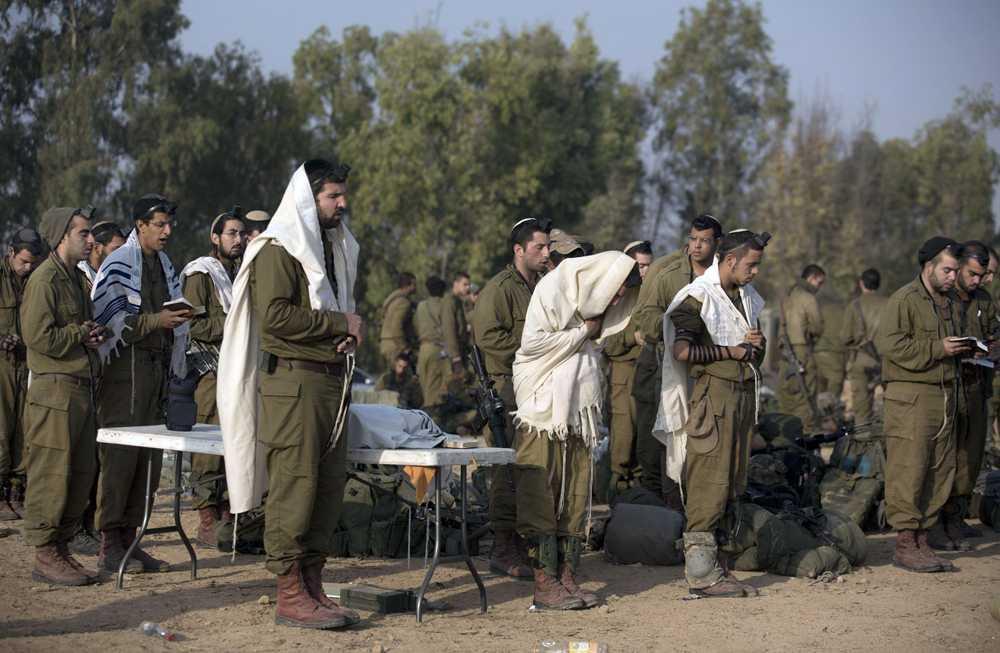 Israeliska soldater har gemensam morgonbön på måndagen.