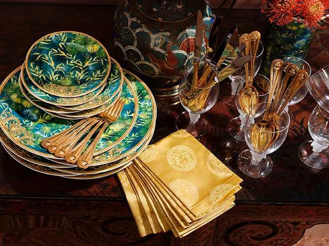 Tallrik Jungle, 2 099 kr, assiett Jungle, 599 kr, guldpläterad gaffel Medusa, 3 085 kr/styck, guldpläterad kniv Medusa, 3 225 kr/styck, rödvinsglas Medusa lumiere, 1 405 kr. Allt från Rosenthals samarbete med Versace.