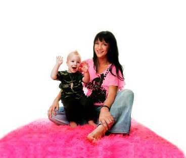Sofia Wistam busar med yngste sonen Texas, snart två år gammal. Makeup: Anna Fridh. Kläder: Privata.