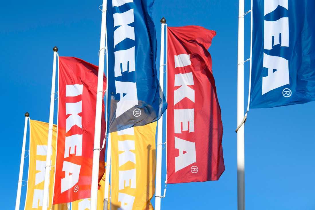 Flaggor utanför Ikea i Kungens Kurva i Stockholm. Arkivbild.