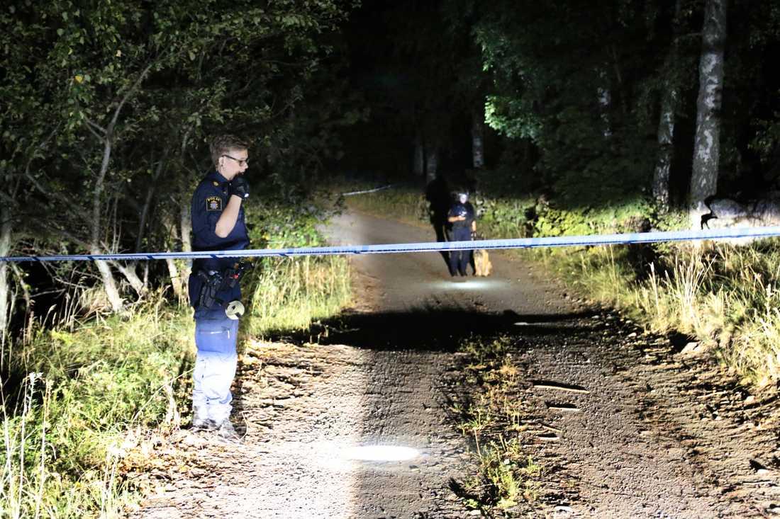 Polisen arbetar på platsen.