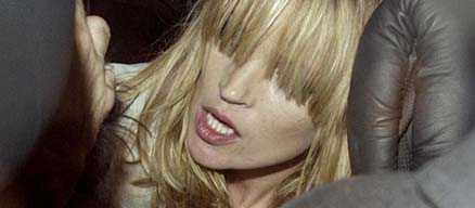 En berusad Kate Moss i bilen efter en hård utekväll.