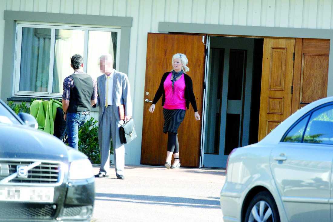 Jessica kommer ut från mötet med Jehovas vittnen i Kalmar. Utanför Rikets sal väntar maken Santiago med barnvagnen.
