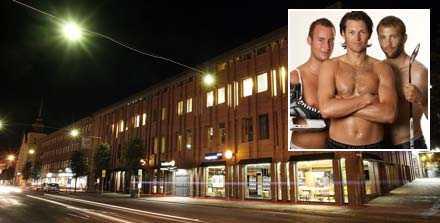 """Banderoll Här på Sparbankshuset vid torget i Karlstad ville Färjestad skryta med sina stjärnor. Budskapet skulle vara """"Vi vill till torget""""."""
