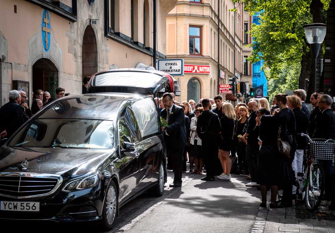 Peter Plax kista fördes i begravningsbil från rysk-ortodoxa kyrkan till Danderyds kyrkogård.