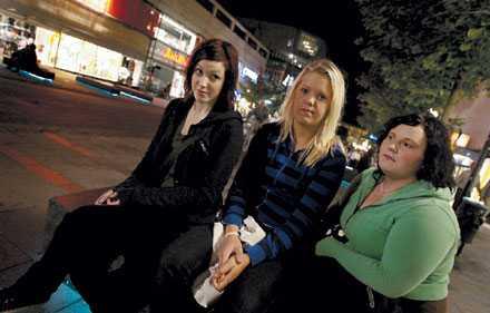 VÅLDET TRAPPAS UPP Den okände våldsmannen slår till mot kvinnor på väg hem från krogen. I en månad har han verkat, och våldet blir grövre för varje överfall. Kompisarna Elin Hellberg, Evelina Näss och Tina Lindgren känner sig rädda för att gå ensamma.