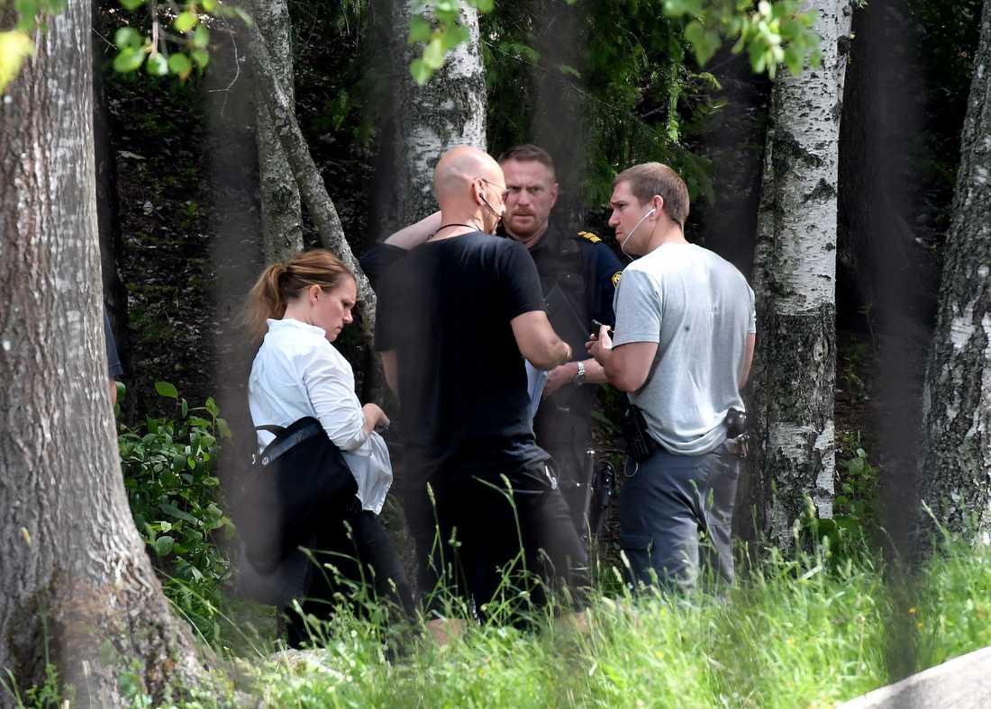 Polistekniker på plats där man hittade kroppen.