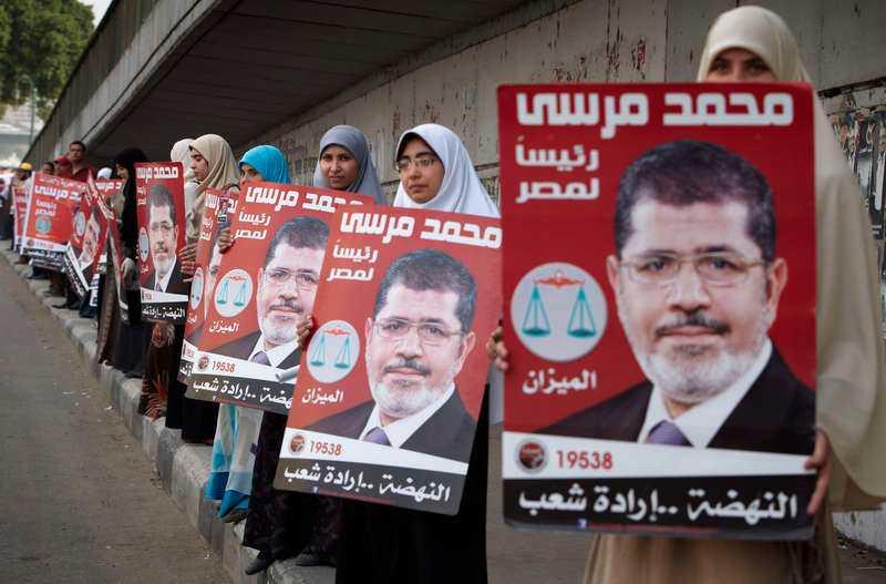 vinnare 1  Kvinnor bildar en mänsklig kedja för Muslimska brödraskapets kandidat Mohamed el-Morsi.