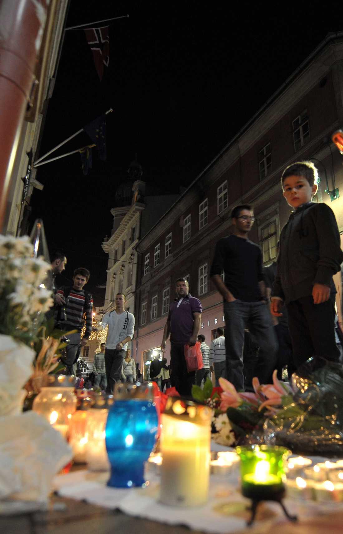 BOSNIEN Tända ljus vid norska ambassaden i Sarajevo.