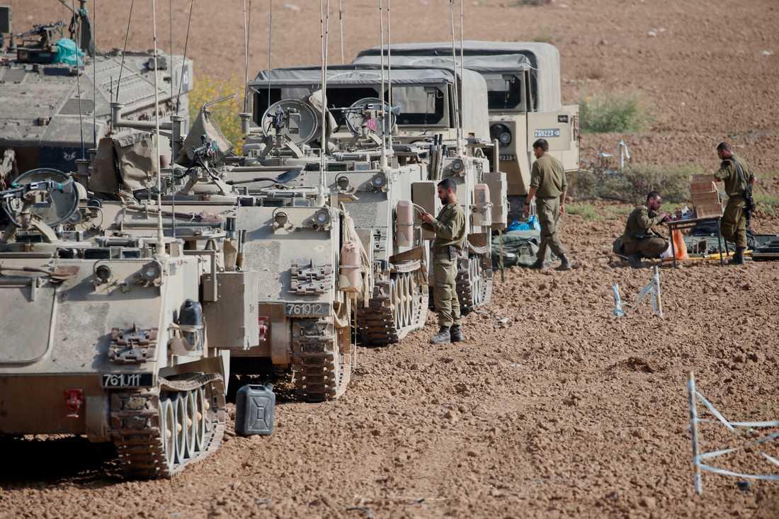 Israeliska soldater vid sina pansarfordon på onsdagen nära gränsen till Gazaremsan.