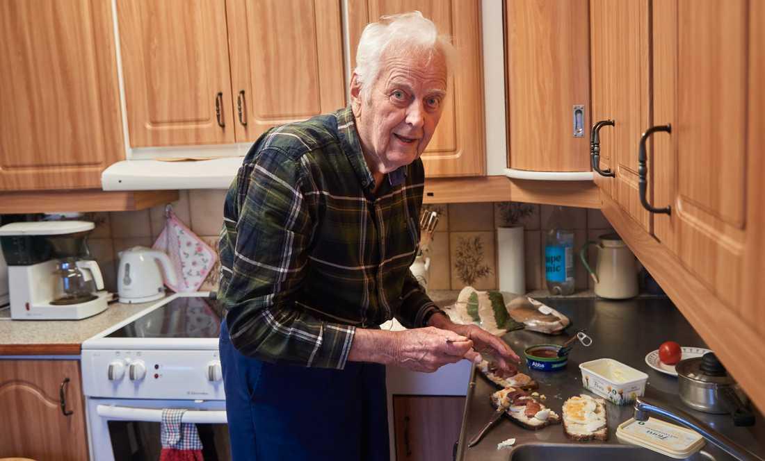 Olle Mårtensson är en av de som drabbades när Ystads kommun skulle spara pengar. Nu verkar Ystads kommun backa.
