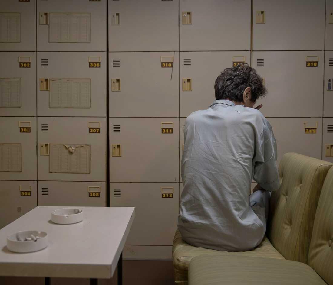 Bildreportage utland, 3-e pris: Jun Kashiwagi sitter nyvaken i relaxavdelningen på hotellet. Han har bott i samt kapsel i över 10 år och ägnar sin tid åt att spela TV-spel i sin kapsel.