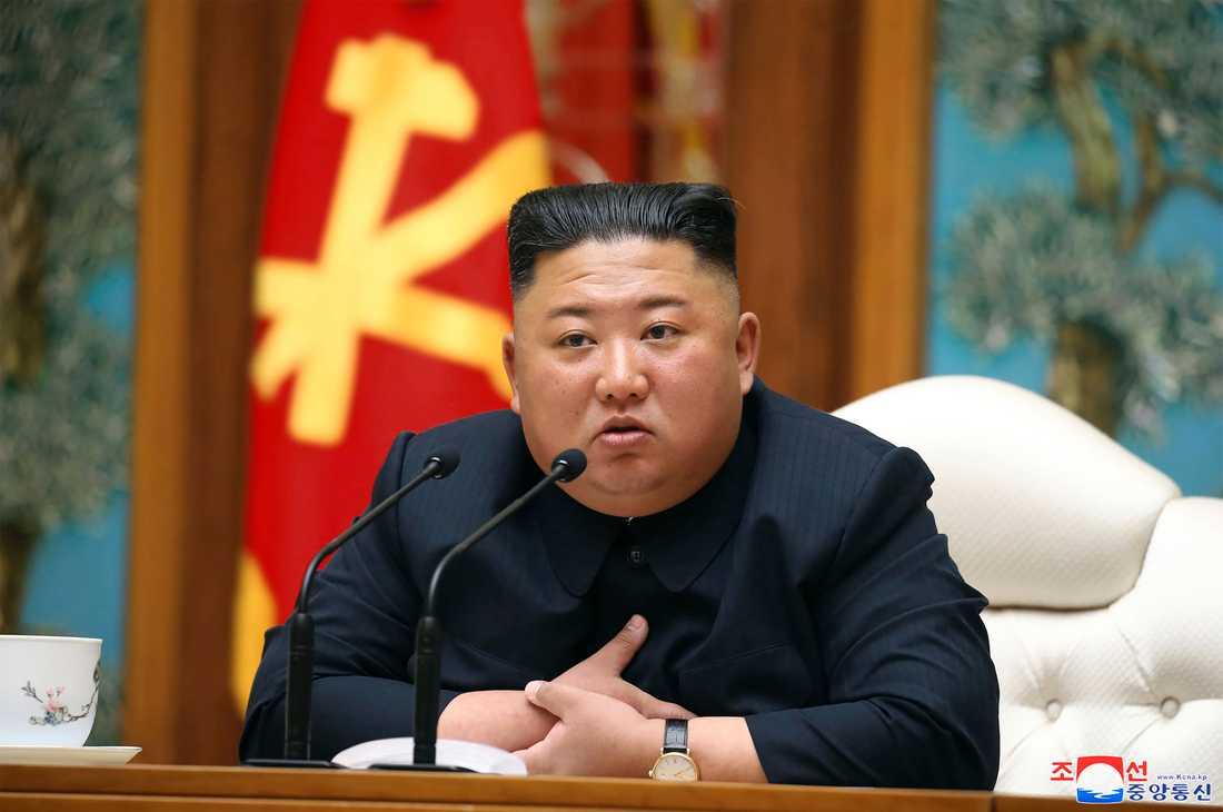 En av de senaste färska bilderna på Kim. Den uppges vara tagen den 11 april, och publicerades av nordkoreanska medier dagen efter.
