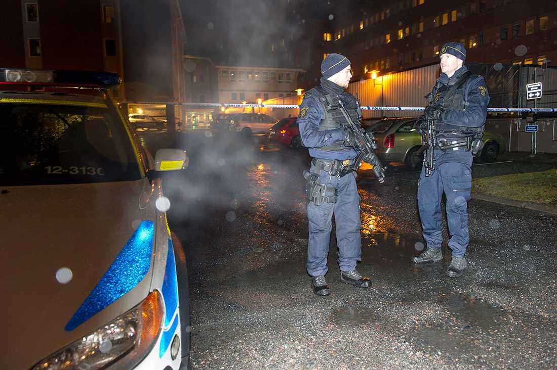 Polispådrag vid polishuset i Skellefteå.