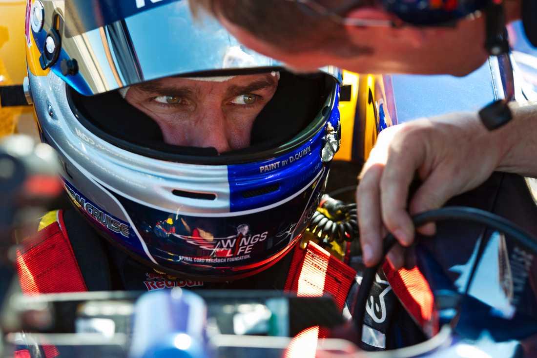 Tom Cruise förbereder sig för att köra på Willow Springs Raceway i Kalifornien, USA.