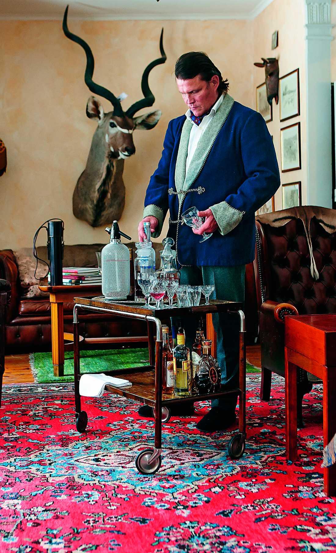 Tv-kocken Per Morberg lagar julmat till nostalgiska bilder. Foto: Martin Löf
