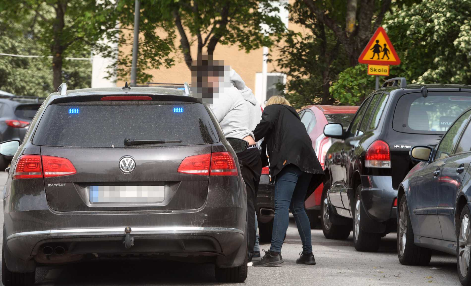 Civilpolis kontrollerar en person i Östberga på tisdagsmorgonen.