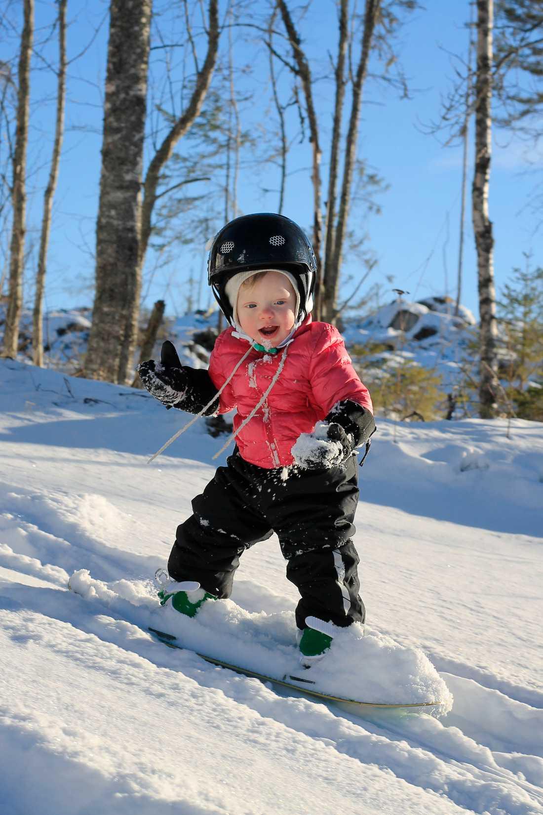 Elly fick sin snowboard i ettårspresent.