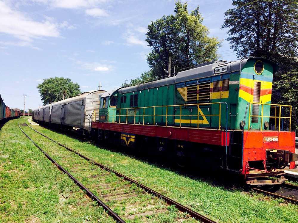 Kropparna har med hjälp av gruvarbetare flyttats och lastats på ett tåg med kylvagnar i staden Torez.