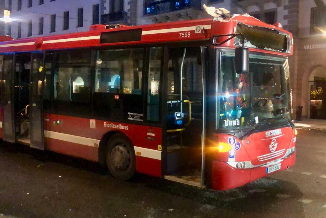 Bussen har skador högst upp på fronten.
