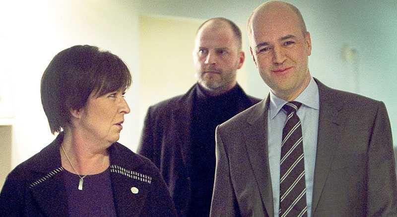 """Pigduell Mona Sahlin och Fredrik Reinfeldt debatterade avdraget för hushållsnära tjänster i Aktuellt i går. Sahlin vill avskaffa avdraget medan Reinfeldt är nöjd med reformen. """"Jag tror på det här. Vi gör svarta tjänster vita"""", säger han."""